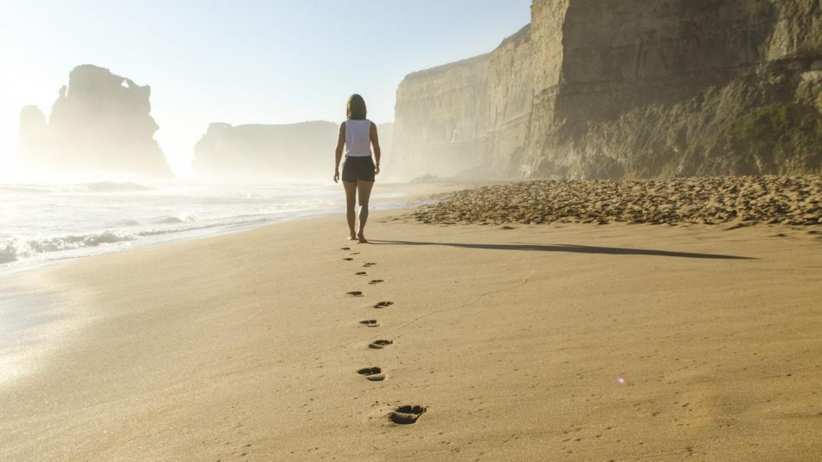 woman-walking-in-beach-509127